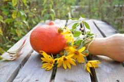 在木背景的新鲜蔬菜 明亮的橙色南瓜,秋天果子背景 季节性秋天的感恩 免版税库存照片