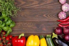 在木背景的新鲜蔬菜 免版税库存照片