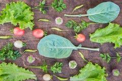在木背景的新鲜蔬菜 库存图片
