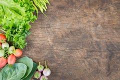 在木背景的新鲜蔬菜 免版税图库摄影