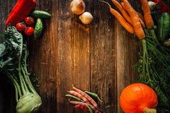 在木背景的新鲜蔬菜 库存照片
