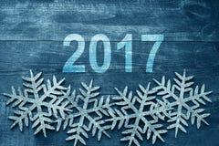 在木背景的新年快乐2017年 在葡萄酒样式的第2017年 免版税库存图片