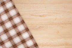 在木背景的方格的桌布 免版税库存图片