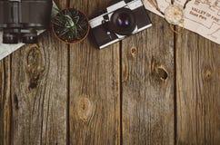 在木背景的旅行辅助部件顶视图与拷贝空间 免版税库存照片