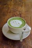 在木背景的日本matcha绿茶拿铁 免版税库存照片
