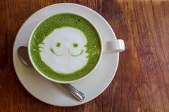 在木背景的日本matcha绿茶拿铁 图库摄影