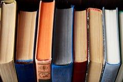 在木背景的旧书 信息源 预定室内 家庭书库 知识是次幂 免版税库存图片