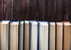 在木背景的旧书 信息源 预定室内 家庭书库 知识是次幂 库存图片