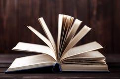 在木背景的旧书 信息源 预定室内 家庭书库 知识是次幂 图库摄影