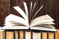 在木背景的旧书 信息源 预定室内 家庭书库 知识是次幂 免版税库存照片
