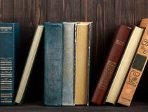 在木背景的旧书 信息源 预定室内 家庭书库 知识是次幂 免版税图库摄影