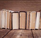 在木背景的旧书 免版税库存图片