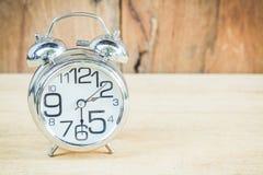在木背景的时钟 免版税图库摄影