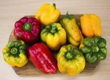 在木背景的明亮,五颜六色,美丽,成熟胡椒 免版税库存照片