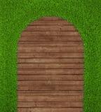 在木背景的春天绿草 免版税库存照片