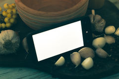 在木背景的智能手机用香料 免版税库存照片