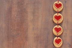 在木背景的曲奇饼心脏 免版税库存照片