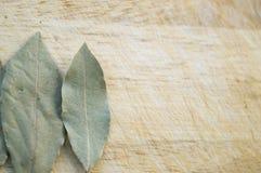 在木背景的月桂树叶子 库存照片