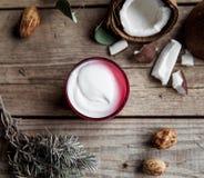 在木背景的有机奶油 调节剂,护发的香波 自然的化妆用品 头发健康皮肤 图库摄影