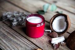 在木背景的有机奶油 调节剂,护发的香波 自然的化妆用品 头发健康皮肤 免版税库存照片
