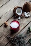 在木背景的有机奶油 调节剂,护发的香波 自然的化妆用品 头发健康皮肤 免版税库存图片
