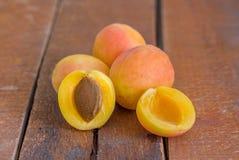 在木背景的有机杏子 免版税图库摄影