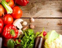 在木背景的有机蔬菜 库存图片