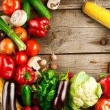 在木背景的有机蔬菜 库存照片