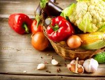 在木背景的有机蔬菜 免版税库存照片