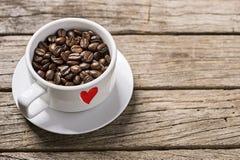 在木背景的未加工的阿拉伯咖啡咖啡豆 库存图片