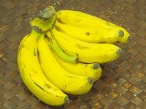 在木背景的未加工的香蕉 免版税库存照片