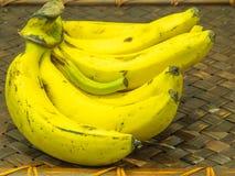 在木背景的未加工的香蕉 免版税库存图片