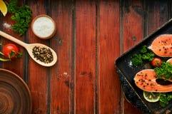 在木背景的未加工的鲑鱼排 免版税库存图片
