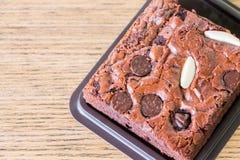 在木背景的果仁巧克力 免版税库存照片