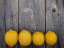 在木背景的柠檬 库存照片
