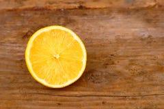 在木背景的柠檬 免版税库存图片