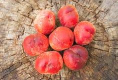 在木背景的桃子谎言 库存图片