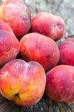 在木背景的桃子谎言 免版税库存图片