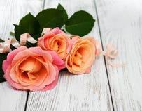 在木背景的桃红色玫瑰 免版税库存图片