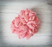 在木背景的桃红色洗碗布 免版税库存图片