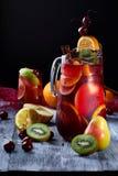 在木背景的桑格里酒用果子 库存照片