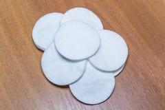 在木背景的棉花海绵 为秀丽、医学和化妆用品产业设计 免版税库存照片