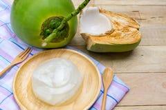 在木背景的椰子果冻 免版税库存照片