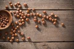在木背景的榛子 免版税库存图片