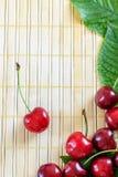在木背景的樱桃 免版税库存图片