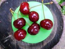 在木背景的樱桃 图库摄影