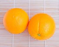 在木背景的橙色果子 免版税库存照片