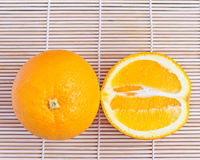 在木背景的橙色果子 免版税图库摄影
