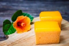 在木背景的橙色蛋糕 库存图片