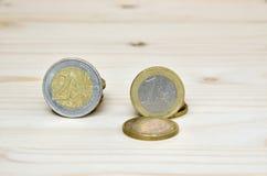 在木背景的欧洲硬币 库存照片